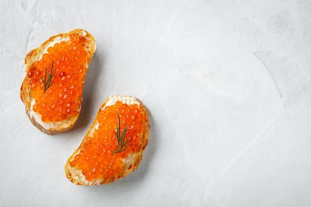 Sanduíches deliciosos com caviar vermelho. fundo com copyspace