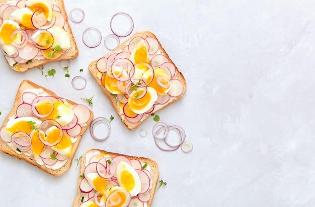 Sanduíches deliciosos com cream cheese