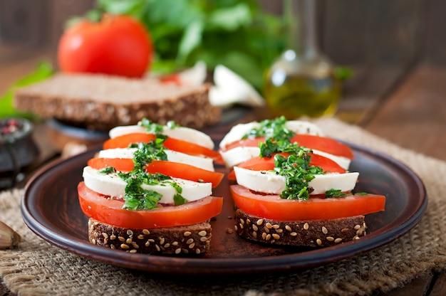 Sanduíches dietéticos úteis com mussarela, tomate e pão de centeio