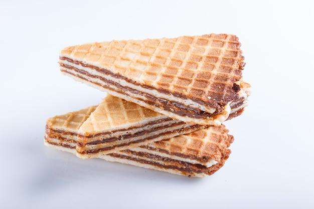 Sanduíches do waffle com o leite condensado fervido isolado no fundo branco.