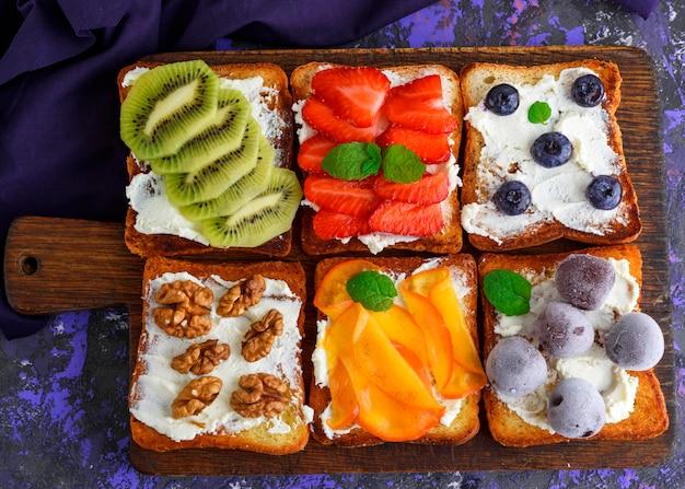Sanduíches doces com frutas e queijo