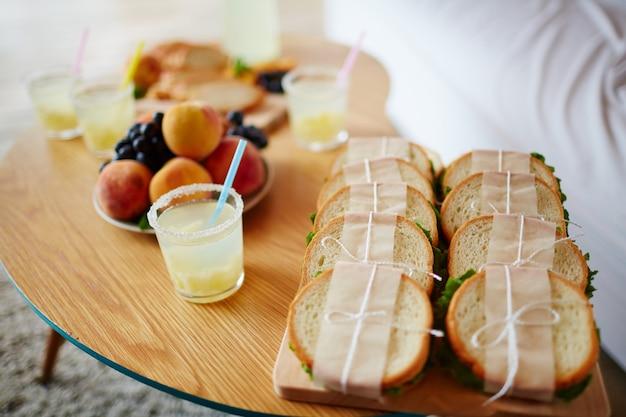 Sanduíches e bebidas