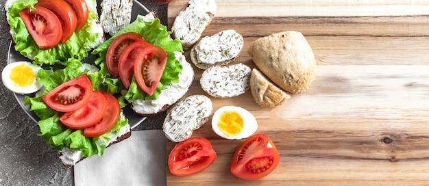 Sanduíches e ovos para um lanche saudável / almoço