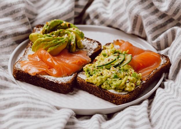 Sanduíches matinais com salmão e abacate