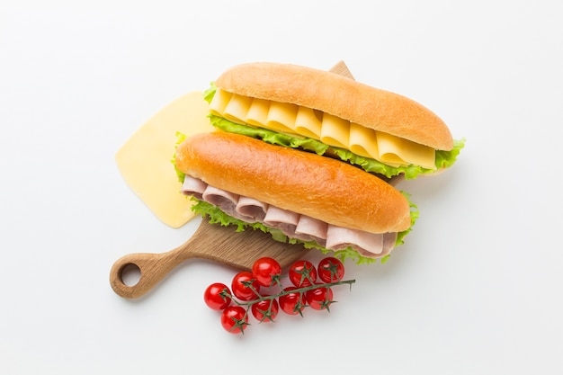 Sanduíches na placa de madeira