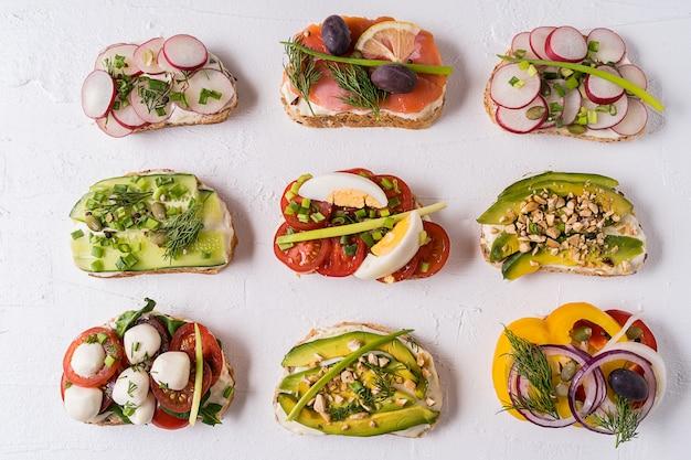 Sanduíches ou tapas com pão, cream cheese, vegetais e saborosos recheios.