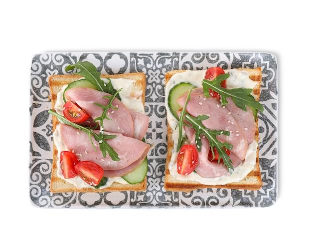 Sanduíches saborosos com presunto isolado no branco, vista de cima
