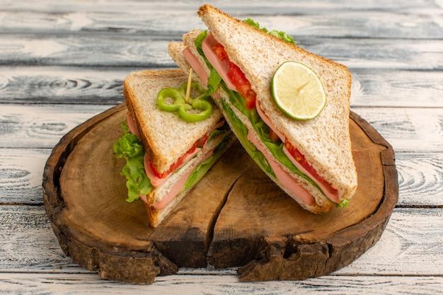 Sanduíches saborosos na mesa de madeira