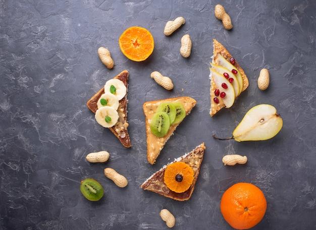 Sanduíches saudáveis com manteiga de amendoim e frutas