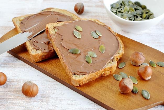Sanduíches saudáveis com sementes de abóbora de chocolate avelãs
