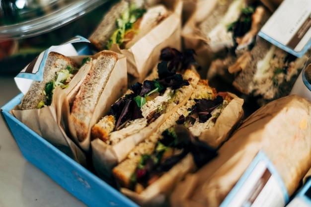 Sanduíches torrados em caixa