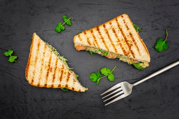 Sanduíches triangulares com salsa e garfo