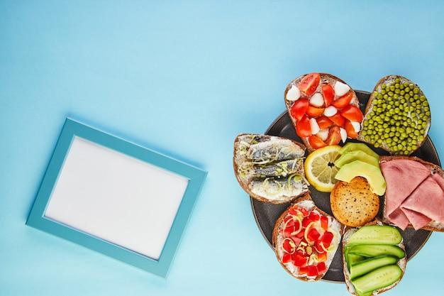 Sanduíches variados em um prato com uma moldura