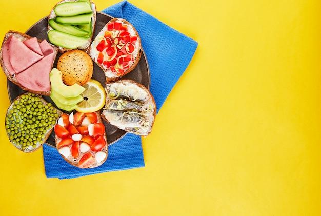 Sanduíches variados em um prato