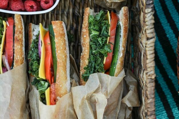 Sanduíches vegan para o almoço na praia