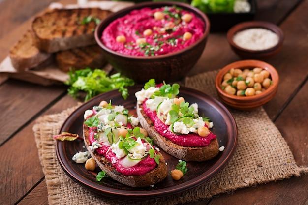 Sanduíches veganos com hummus de beterraba, pepino e queijo azul