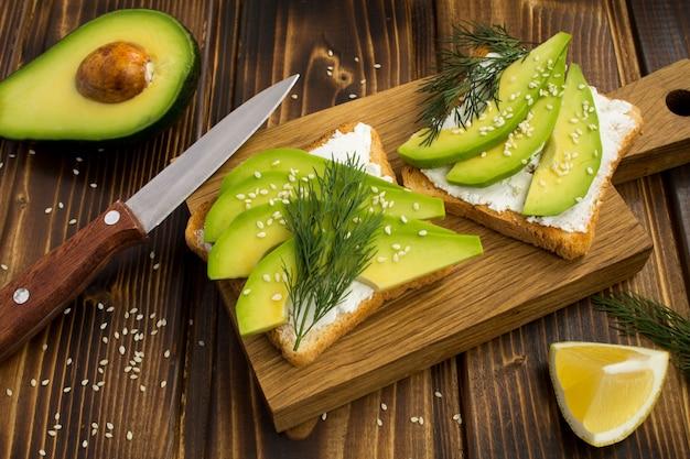 Sanduíches vegetarianos com abacate e queijo macio