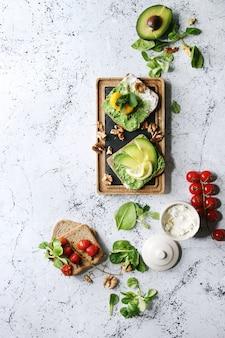 Sanduíches vegetarianos com abacate