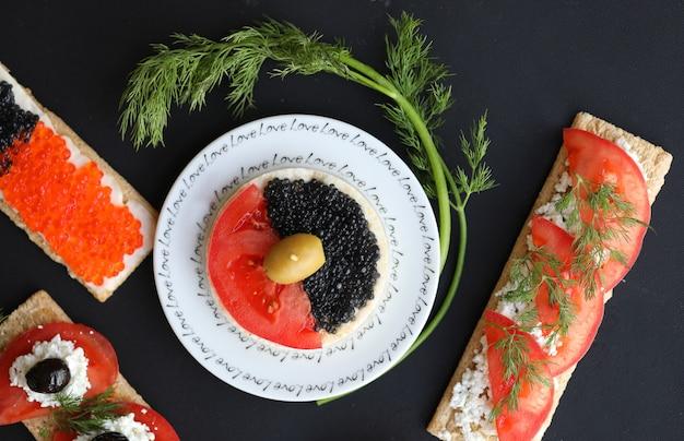 Sanduíches vegetarianos com legumes, caviar e endro ramos. vista do topo.