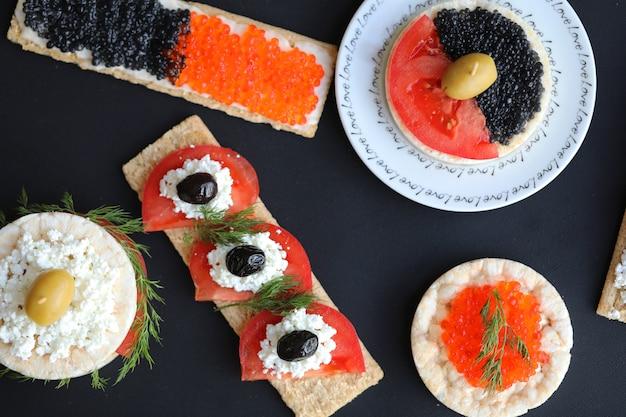 Sanduíches vegetarianos com legumes e caviar.