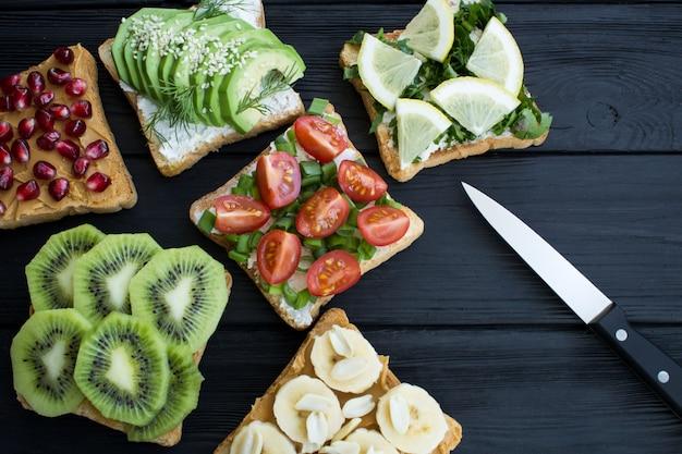 Sanduíches vegetarianos com vegetais e frutas