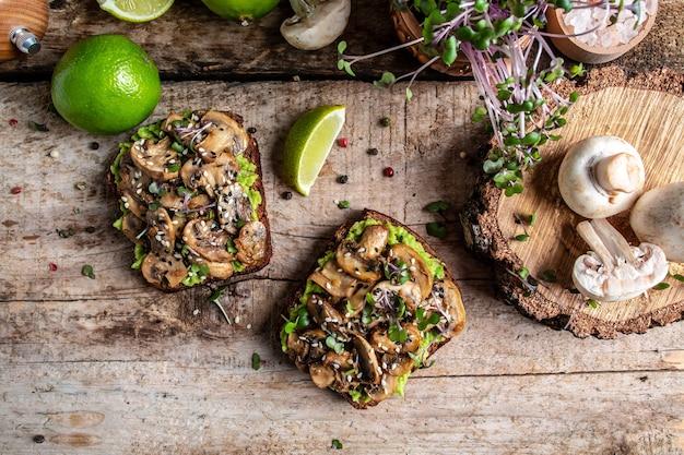 Sandwitch de abacate e cogumelos