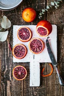 Sangrentas laranjas sicilianas em uma mesa de madeira. vista de cima vista de cima de perto, copie o espaço