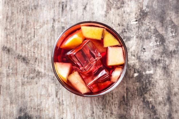 Sangria bebida em vidro na mesa de madeira