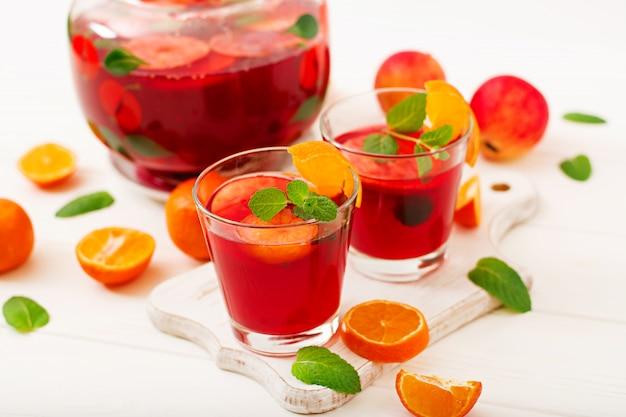 Sangria com frutas e hortelã em um branco