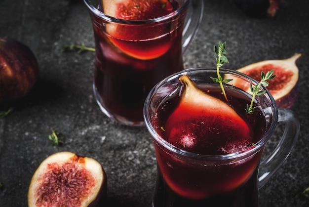 Sangria de outono e inverno vermelho coquetel com tomilho e figos