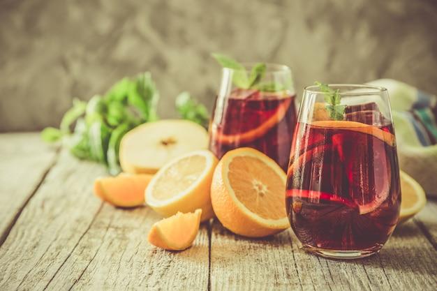 Sangria e ingredientes em copos