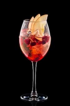 Sangria fria em um copo de vinho