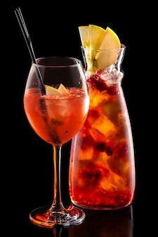 Sangria fria no jarro e copo de vinho com cubos de gelo isolado