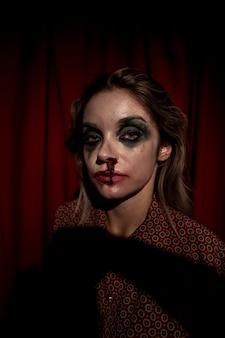 Sangue de maquiagem escorrendo do rosto de mulher