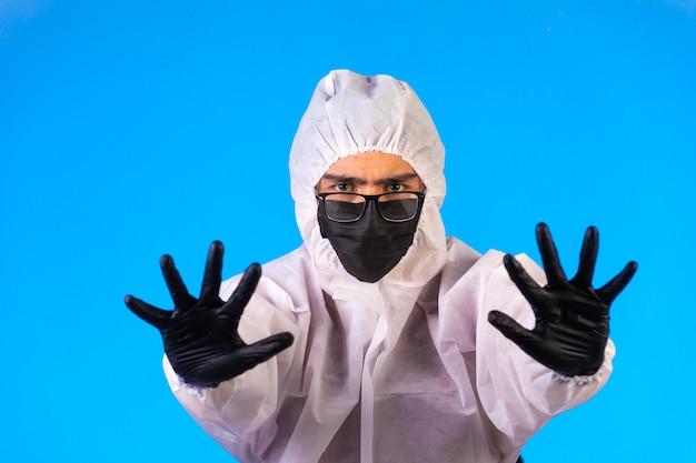 Sanitizante em uniforme preventivo especial e máscaras para prevenir a doença