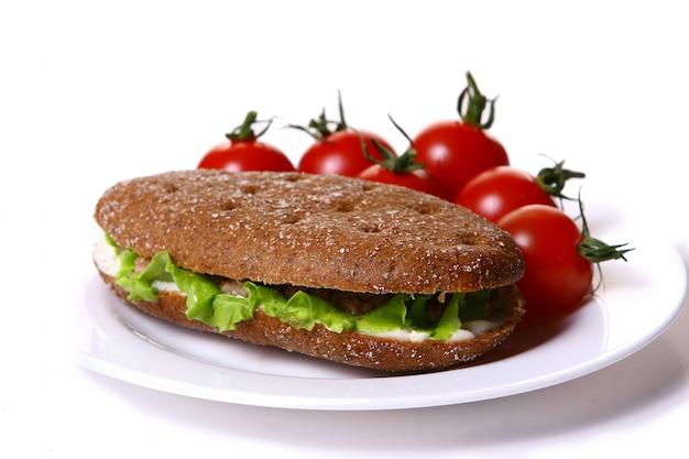 Sanswich fresco com atum e legumes