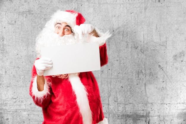 Santa com um cartaz branco