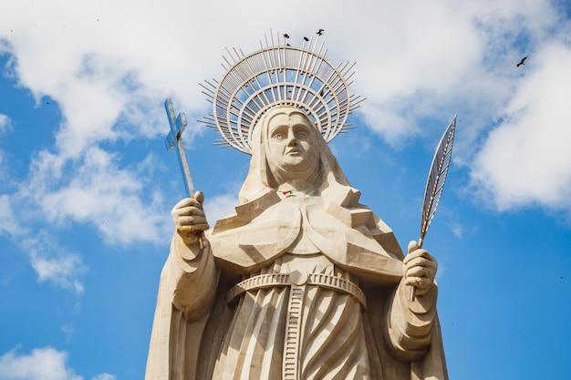 Santa cruz, brasil - 12 de março de 2021: a maior estátua católica do mundo, a estátua de santa rita de cassia, com 56 metros de altura, localizada no sertão nordestino.