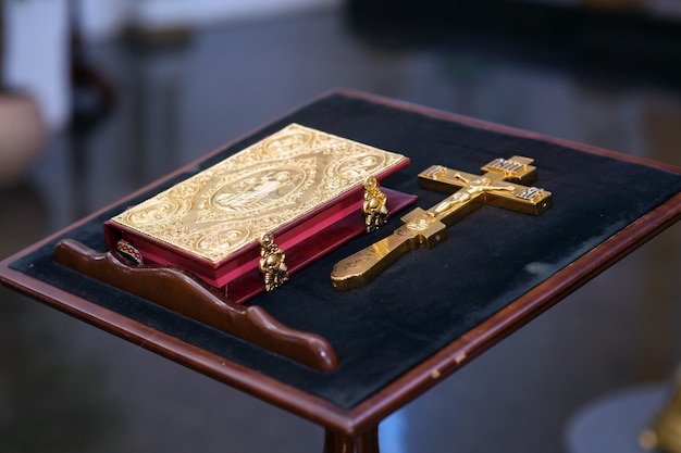 Santa cruz e bíblia sagrada em uma igreja cristã para-ortodoxa