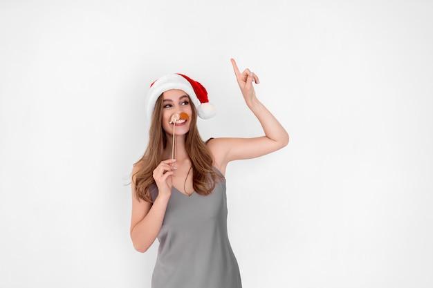 Santa engraçada usa bigode de mentira e levanta a mão com o dedo indicador anúncio de ano novo