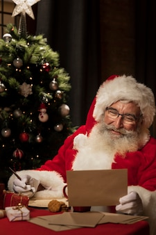 Santa lendo a carta de natal