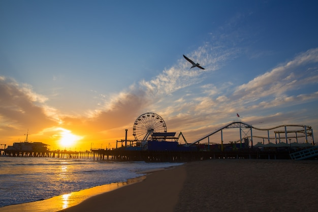 Santa monica california sunset na roda de pier ferrys