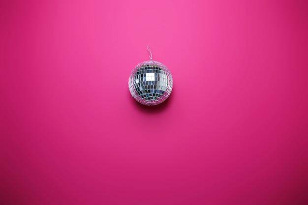 Santo cartão de dia dos namorados em fundo rosa. bola de discoteca brilhante, imagem colorida, tema da festa.