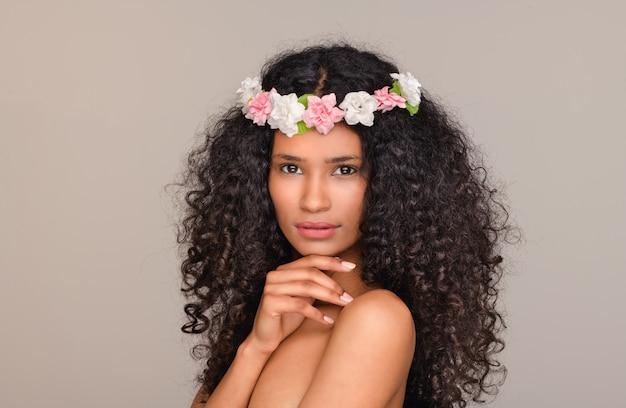 Santo domingo menina vestindo chapelim de flores