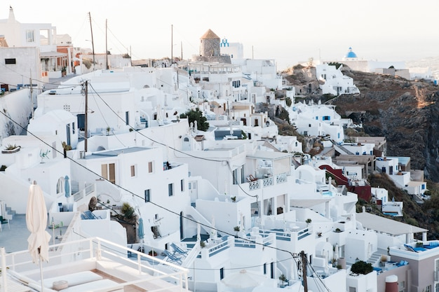 Santorini, arquitetura branca vista para o mar na grécia, imirovigli.