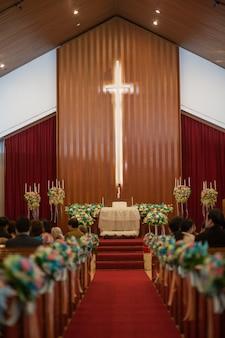 Santuário da igreja antes de uma cerimônia de casamento