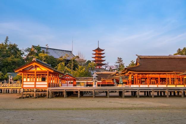 Santuário de itsukushima ao pôr do sol em miyajima, japão.