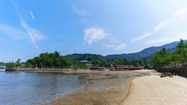Santuário de itsukushima na ilha de miyajima, hiroshima, japão