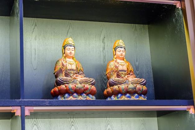 Sanya, hainan, china - 19 de fevereiro de 2020: the nanshan, parque cultural budista, lembranças chinesas, artesanato de jade, bonecas, pedras. loja de presentes perto da estátua da deusa guanyin.