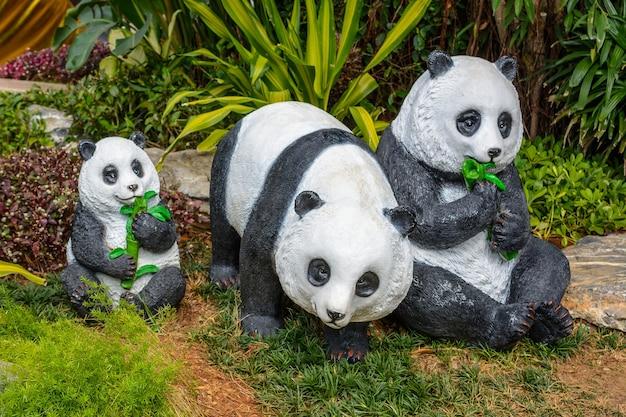Sanya, hainan, china - 20 de fevereiro de 2020: estátuas coloridas da família de pandas nas ruas de sanya em dia nublado.